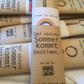 Unser Immerstab kann kleine Regenbogen blasen. Hier verpackt mit einer Wunschbanderole.